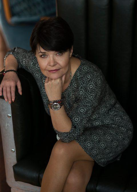 Ženský portrét v ateliéru