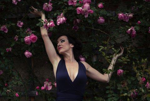 Portrét v růžích