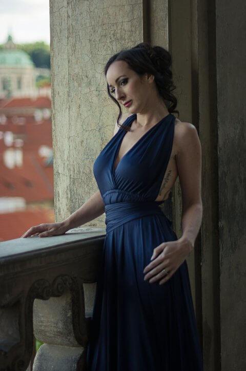 V modrých šatech