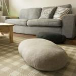 kameny a sedačka v obývacím pokoji