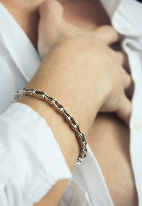 S řetězem na ruce